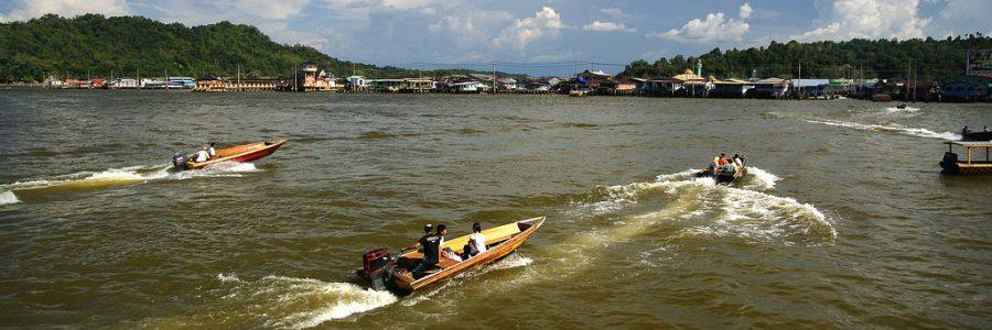 ブルネイとマレーシアの海路の国境で入国