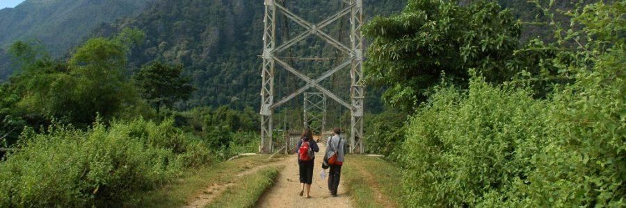 ベトナムとラオスの陸路の国境で入国