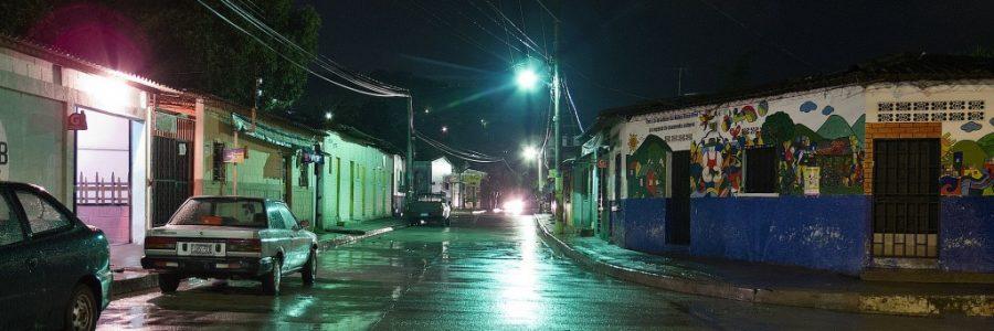 グアテマラとエルサルバドルの陸路の国境で入国